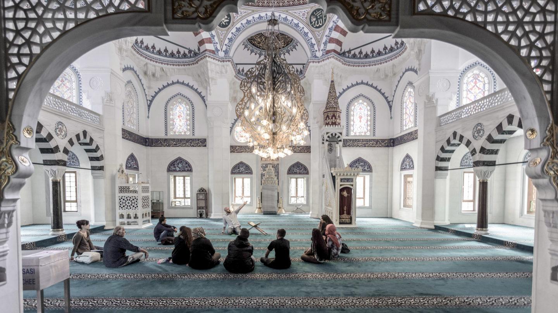 Gruppe junger Menschen sitzt in Moschee im Kreis