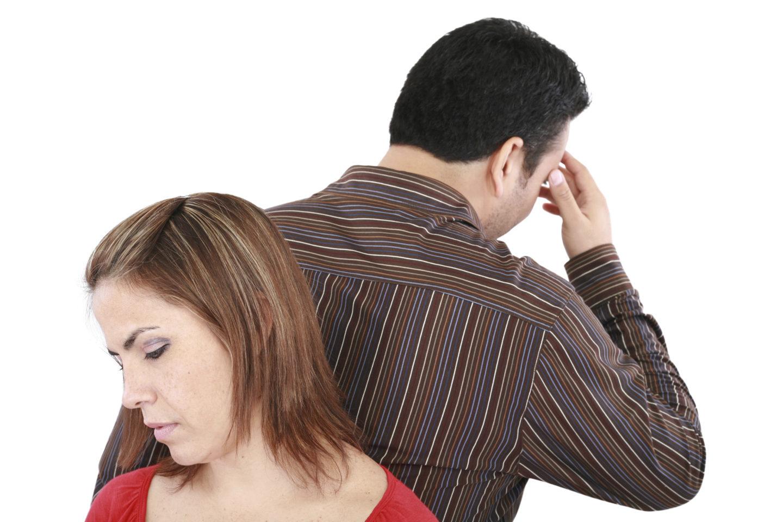 Vater und Mutter stehen verzweifelt Rücken an Rücken