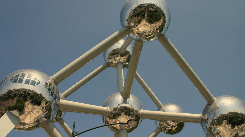 Atomium ist ein in Brüssel für die Expo 58 errichtetes 102 m hohes Bauwerk. Es stellt eine aus neun Atomen bestehende stark vergrößerte kubische Zelle des Kristallmodells des Eisens dar. Drei Atome einer Raumdiagonale bilden als Hohlkugeln zusammen mit den sie verbindenden Linien einen Aussichtsturm, um den herum die anderen sechs Atome und ihre gegenseitigen Verbindungen angeordnet sind. Das Atomium wurde als Symbol für das Atomzeitalter und die friedliche Nutzung der Kernenergie vom Ingenieur André Waterkeyn entworfen und von den Architekten André und Jean Polak aus