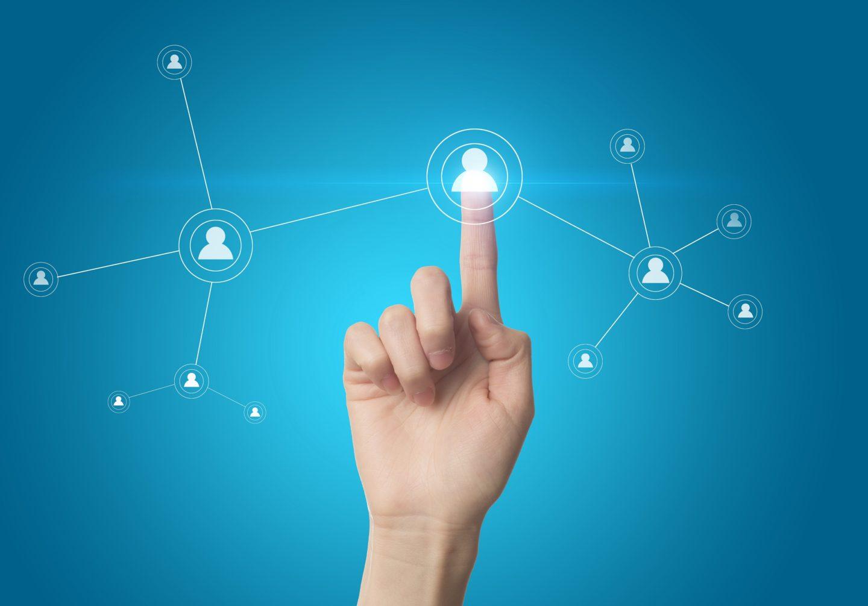 Finger tippt auf einen Knotenpunkt in einem Netzwerk