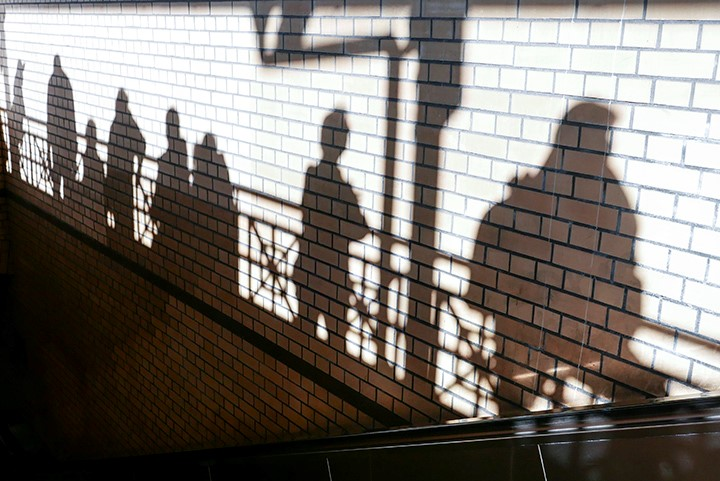 Schatten von Menschen in einer S-Bahn-Station