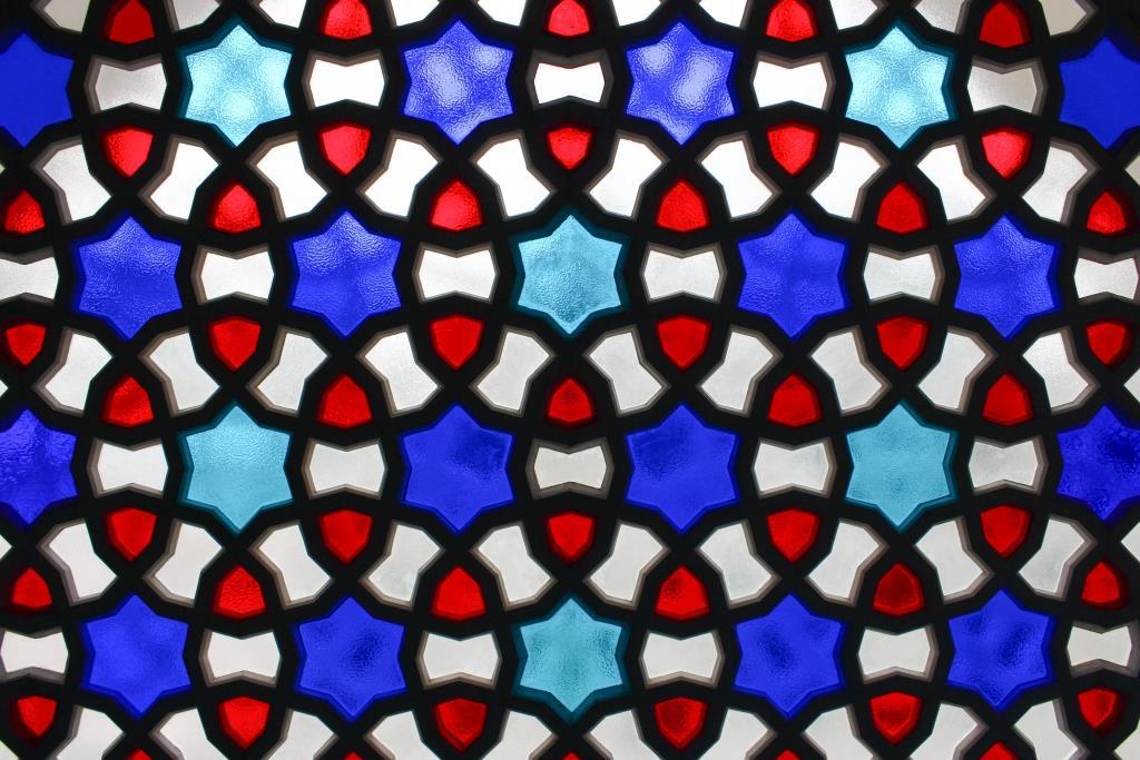 Fenster aus Mosaik in blau, rot und weiß